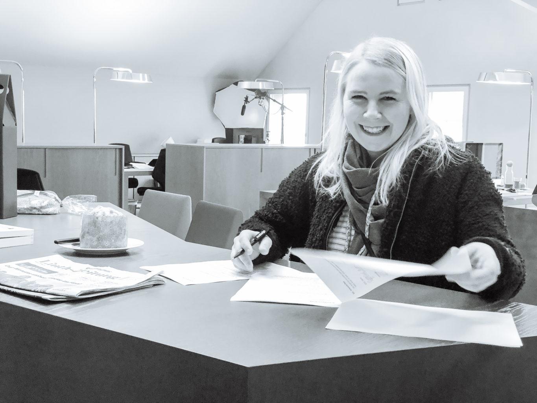 Karin Bischof unterzeichnet den Arbeitsvertrag